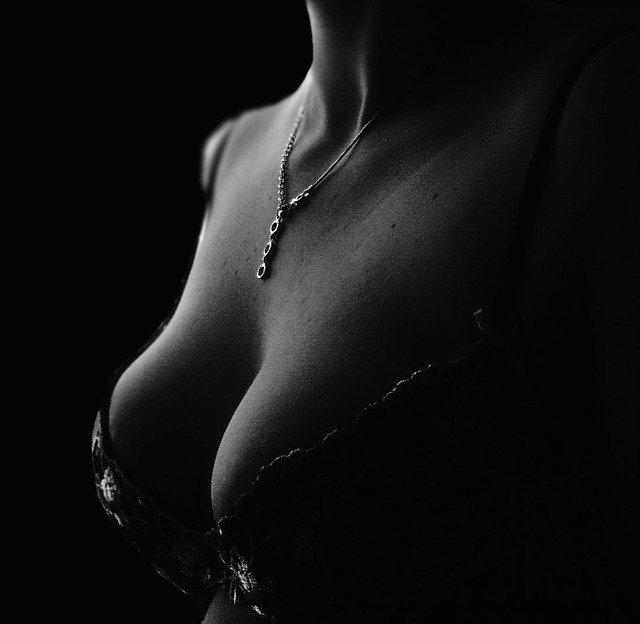 ローターを乳首にあてる【女性一人エッチ】初心者が知りたい気持ちいいローターの使い方とは !?